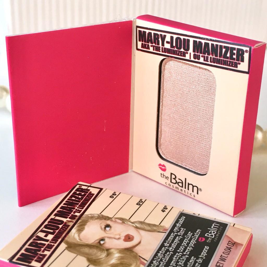 The Balm, The Balm Mary-Lou Manizer, The Balm Mary-Lou Manizer รีวิว, The Balm Mary-Lou Manizer ราคา, Mary-Lou Manizer Mini, The Balm Mary-Lou Manizer Mini, The Balm Mary-Lou Manizer Mini 0.8 g., The Balm Mary-Lou Manizer Mini 0.8 g. สุดยอดไฮไลท์สำหรับสร้างมิติให้ใบหน้า หรือเฉดดิ้งเพื่อปรับหน้าเรียว