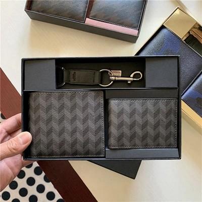 ≙♖กระเป๋าสตางค์อเมริกันซื้อ Coach กระเป๋าสตางค์ใบสั้นผู้ชายกระเป๋าใส่บัตรกระเป๋าใส่เหรียญชุดของขวัญหนังวัวพร้อมพวงกุญแจ