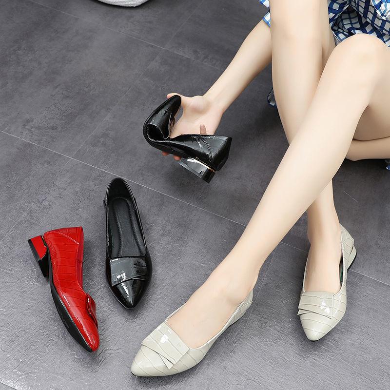 รองเท้าคัชชูหัวแหลม รองเท้าส้นแบนผู้หญิง2020ฤดูร้อนส่วนบางหนังนิ่มด้านล่างนุ่มรองเท้าผู้หญิงปากตื้นสีแดงหนากับรองเท้าแม่