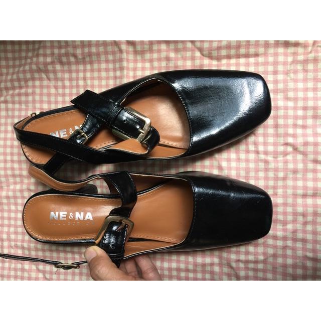 รองเท้าคัชชูสีดำแบบรัดส้น