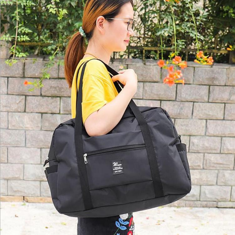 ゠‐กระเป๋าใบเล็กบนกระเป๋าเดินทางสามารถวางไว้ในกระเป๋าเก็บของแบบพกพาสำหรับกระเป๋าเดินทาง