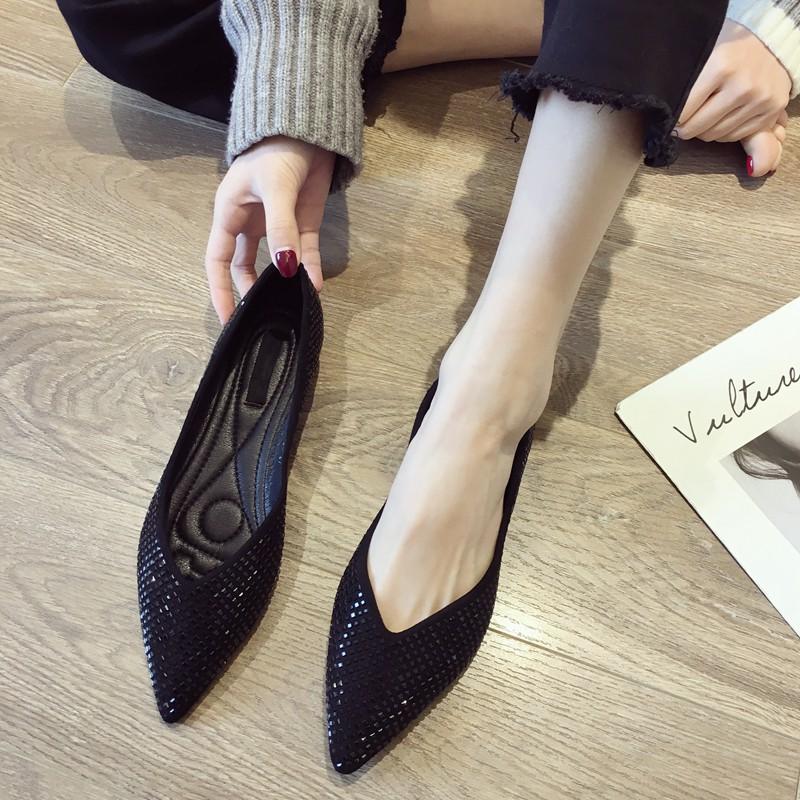 รองเท้าคัชชูหัวแหลมสำหรับผู้หญิงรุ่นใหม่ทั้งหมดสีดำแบนรองเท้า