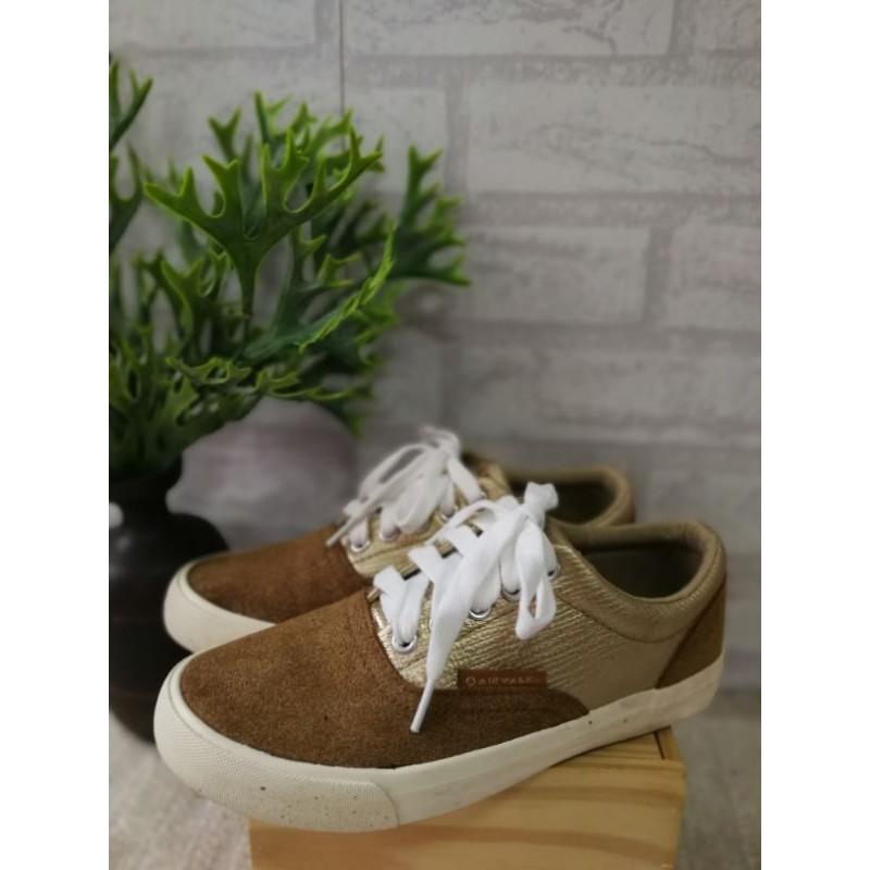 รองเท้าผ้าใบ AIRWALK สีน้ำตาลคลิบทองสวยเก๋ น่าร๊ากกมาก  Size 36 ความยาว 23.5 cm ราคา 350 บาท ส่งฟรี