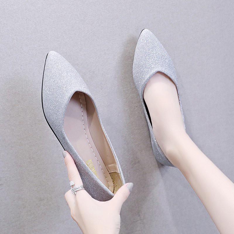 รองเท้าคัชชูหัวแหลมปากตื้นของผู้หญิงรองเท้าส้นแบนเงางาม