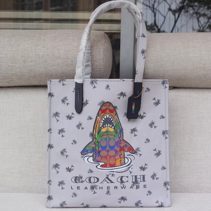 [WL]ซื้อ COACH 2022-715 Disney รุ่นร่วมมือกัน Disney ลายฉลามกระเป๋าช้อปปิ้งผ้าแคนวาสกระเป๋าสะพายกระเป๋า