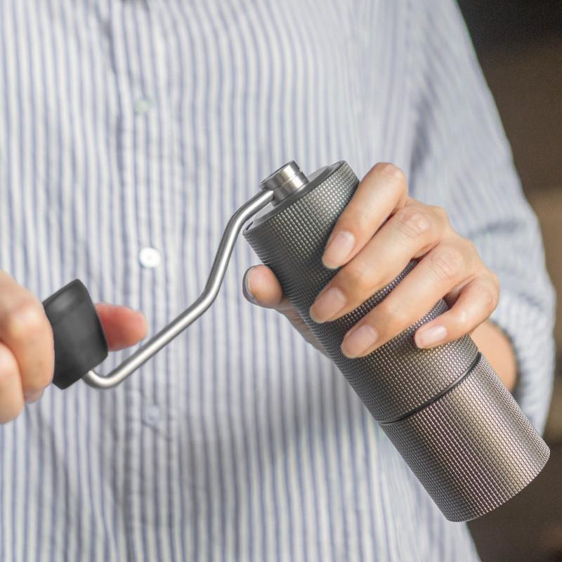 ☆﹦Taimo เครื่องบดกาแฟมือหมุนเกาลัด C เครื่องชงกาแฟทำมือในครัวเรือนเครื่องบดพร้อมตำแหน่งแบริ่งคู่