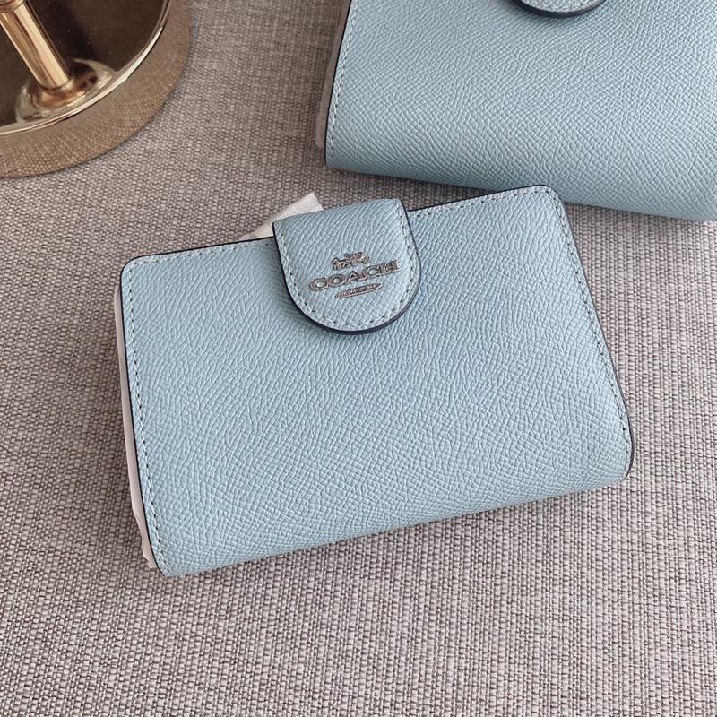 👑ผ่อน0%~แท้100%👑 กระเป๋าสตางค์ใบสั้น สีฟ้าแบบกระดุม Medium Corner Zip Wallet Coach C6390