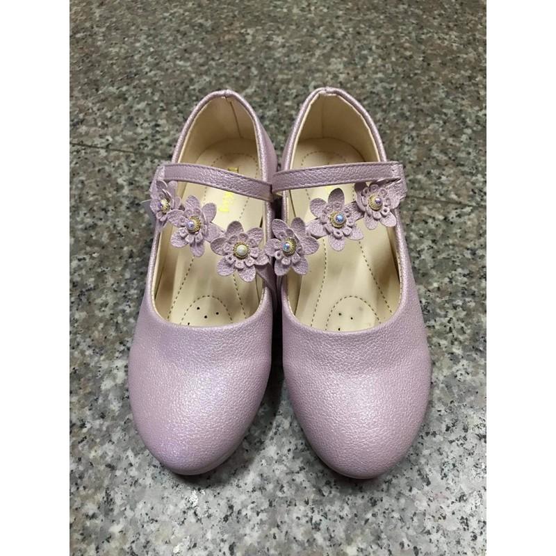 รองเท้าคัชชูเด็กโตสวยงาม