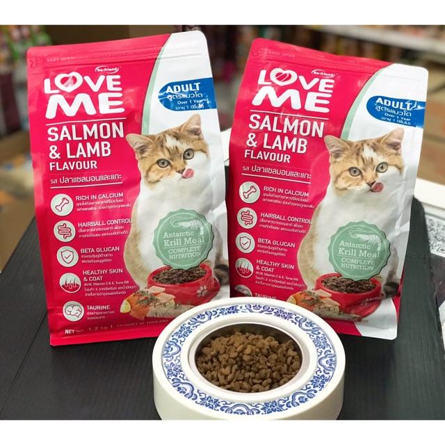 อาหารแมวเลิฟมี LOVE ME (รสปลาแซลมอนและแกะ) มีแคลเซียมบำรุงกระดูกและฟัน ลดการเกิดก้อนขน บำรุงสายตา