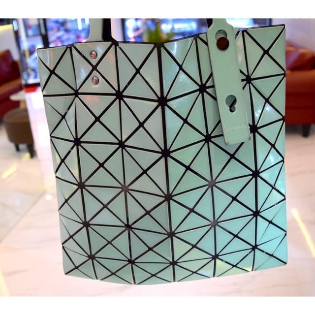 กระเป๋า issay miyake bao bao 6x6 บล็อกสีเขียวตองอ่อนของแท้มือสอง มาพร้อมถุงผ้าค่ะ