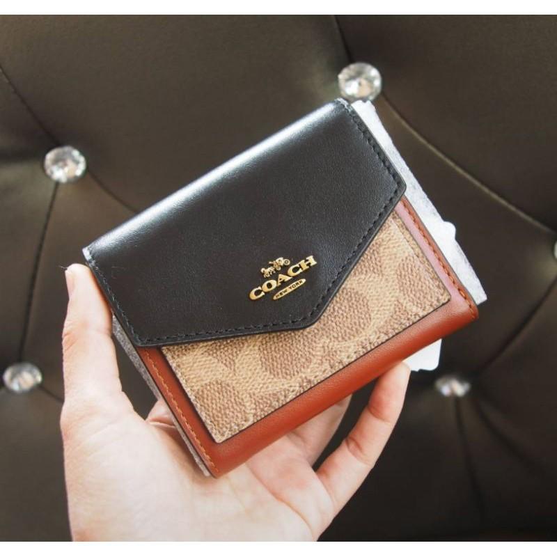 ♤🎀 (สด-ผ่อน) กระเป๋าสตางค์  Coach 32610 งาน Shop ใบสั้น 2 พับ สีน้ำตาลลายซี