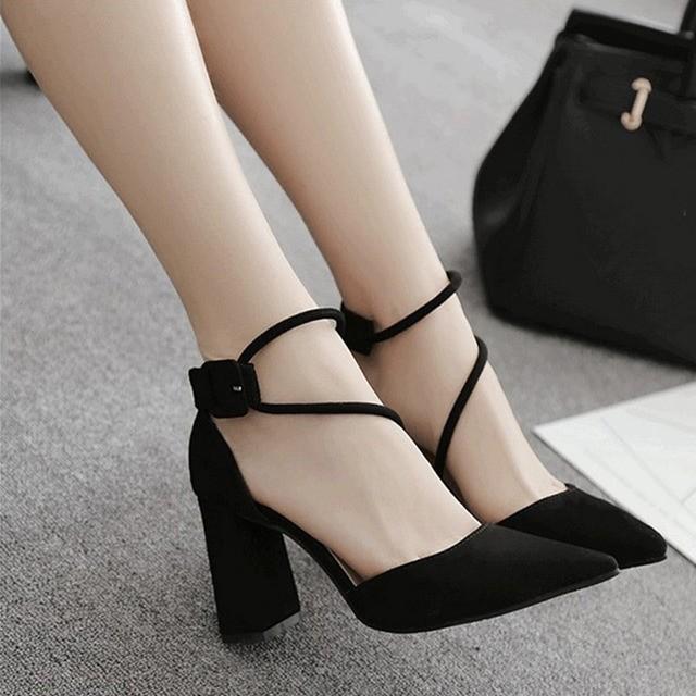 รองเท้าส้นสูงส้นหนาสำหรับผู้หญิงรุ่นเกาหลีของผู้หญิงทุกคู่รองเท้าคัชชูหัวแหลมสีดำ