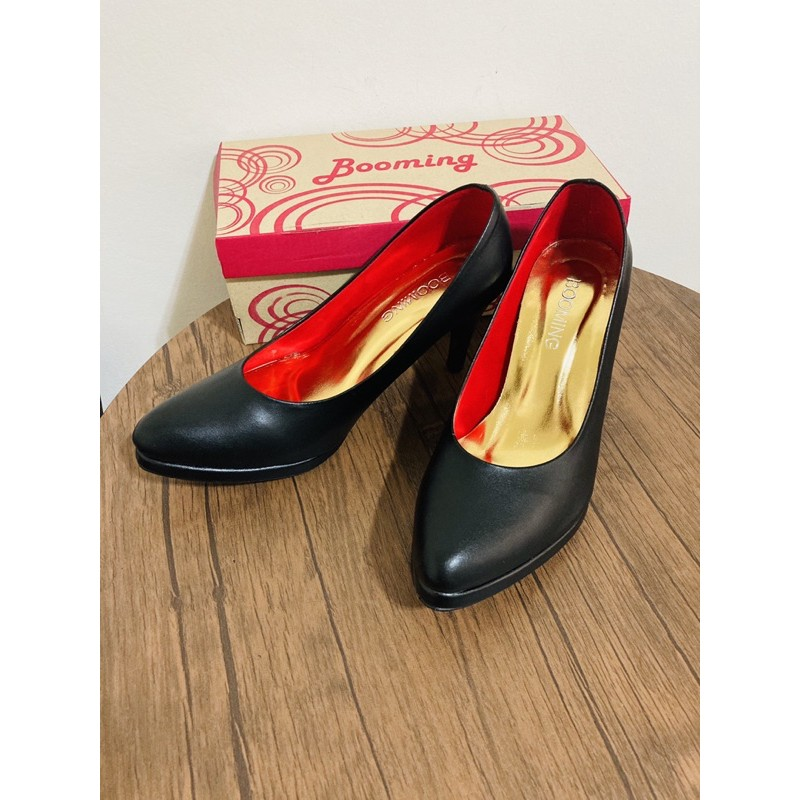 รองเท้าคัชชูส้นสูงสีดำ