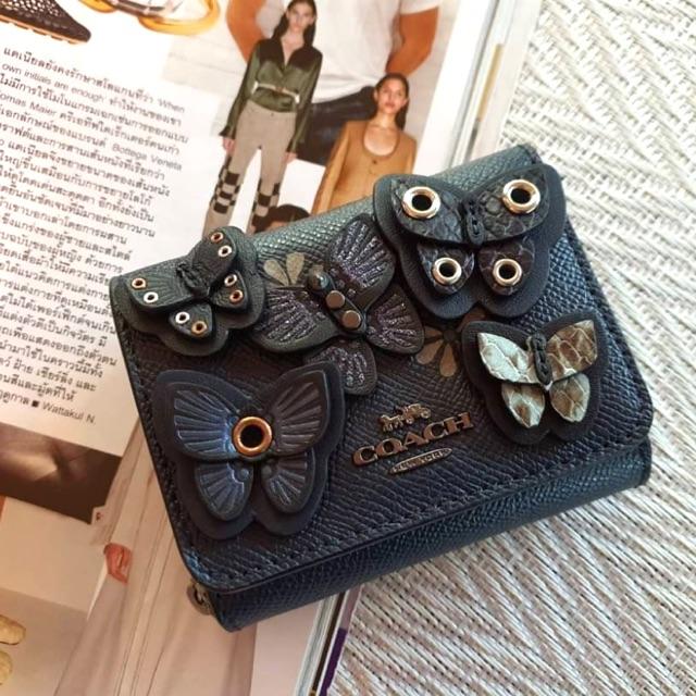 (ผ่อน0%) กระเป๋าสตางค์ ใบสั้น 3 พับ หนังแท้ สีกรมท่า งานshop COACH SMALL TRIFOLD WALLET WITH BUTTERFLY APPLIQUE (2922)