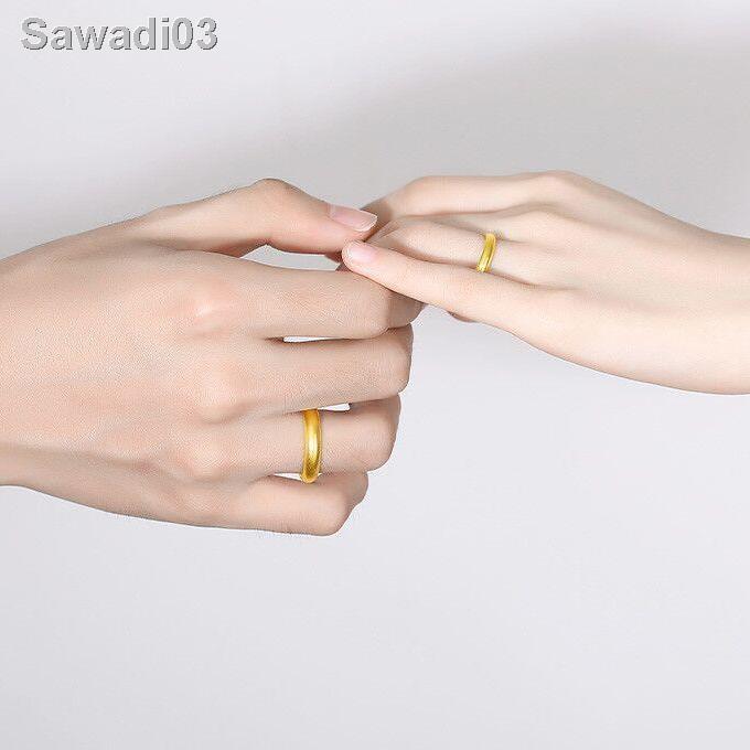 🔥สินค้าคุณภาพราคาถูก🔥[ส่งสร้อยคอ] เวียดนามทรายทองแหวนผู้ชายและผู้หญิงสีแดงสุทธิ Ins ไม่เลือนหายแหวนคู่รักเรียบง่ายของ111