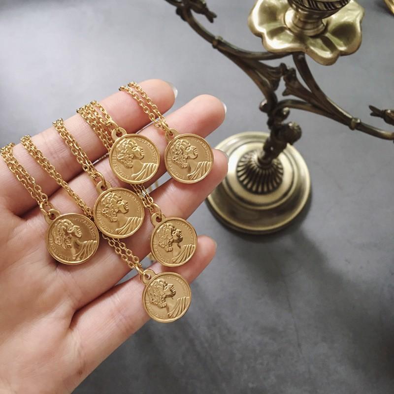 Heacte ยุโรปและอเมริกาแนวแฟชั่นสีสรรเหรียญโรมันเหรียญต่างประเทศราชินีเดียวสร้อยคอจี้ไทเทเนียมเหล็กชุบทอง 18K #ราคาถูก#แฟชั่น