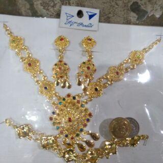 ชุดอุบะทองสำหรับชุดไทยใส่สวัสดีชาวจีนเทียบกับเหรียญบาท