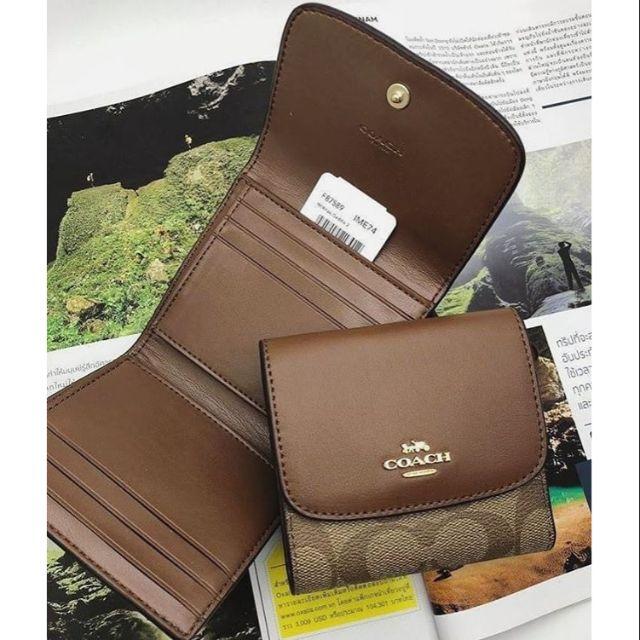 👑 COACH F87589 : กระเป๋าสตางค์ใบสั้น 3 พับ สีน้ำตาลอ่อน (IM/KHAKI SADDLE2) 👑