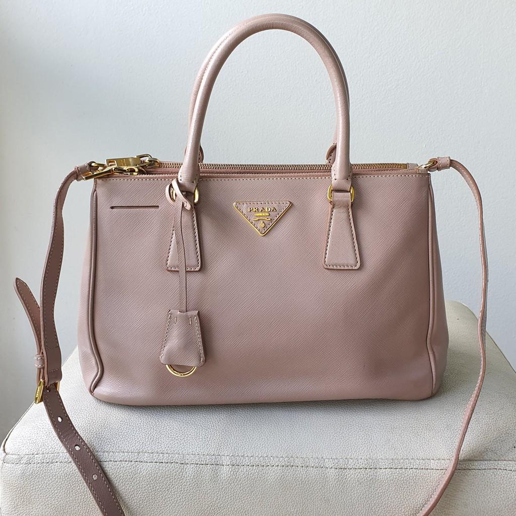 กระเป๋า Prada Saffiano สีชมพู ของแท้ มือสอง สภาพดี ขนาด 30cm. รุ่นสองซิป