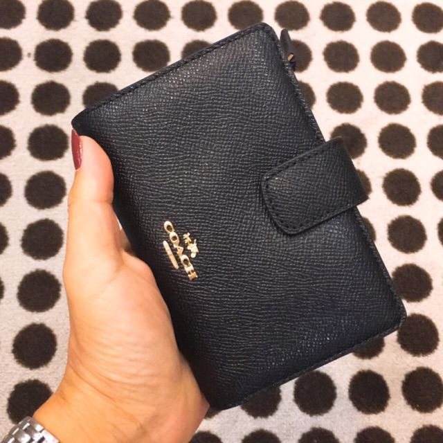 Coach กระเป๋าสตางค์ใบสั้น สีดำล้วน มีช่องใส่บัตร และเหรียญ พร้อมส่งค่ะ